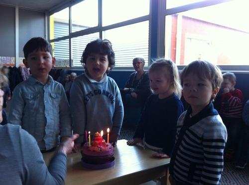 Partage des gâteaux d'anniversaire