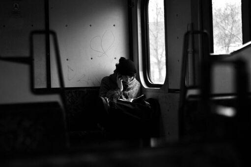 08 - Les femmes lisant dans le métro