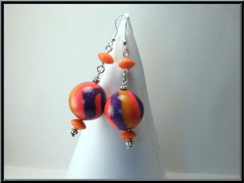 Boucles d'oreille perle Fimo multicolore et disque en verre orange.