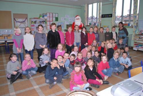 Visite du Père Noël durant  de la chorale des CP et CE1