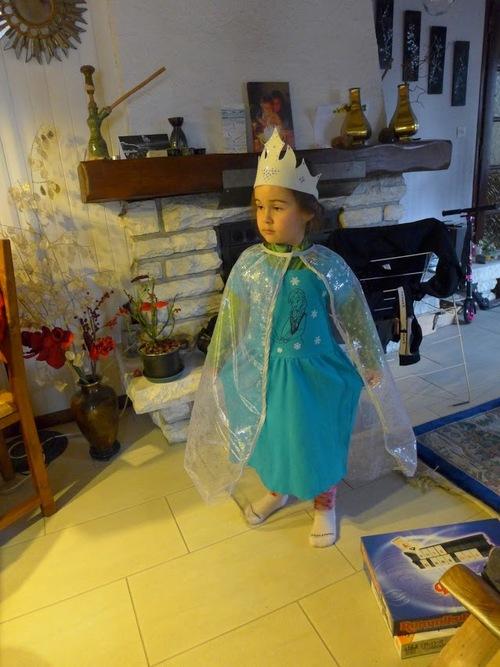 Un déguisement de reine des neiges pour l'anniv de Clara