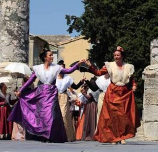 Le dimanche 5 juillet 2015, lors de la fête du costume, les Arlésiennes ont défilé dans les rues