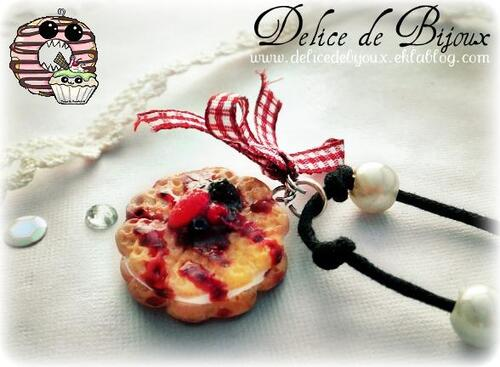 Collier double gaufres avec coulis de fruits rouges et chantilly en fimo