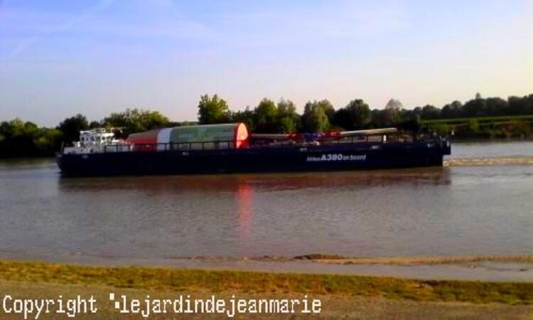 péniche d'Airbus remontant la Garonne jusqu'à Langon, ...