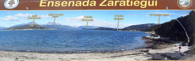 Baie Ensenada Zaratiegui et les montagnes du Chili sous un ciel superbe de par ses nuages - Terre de Feu - Argentine