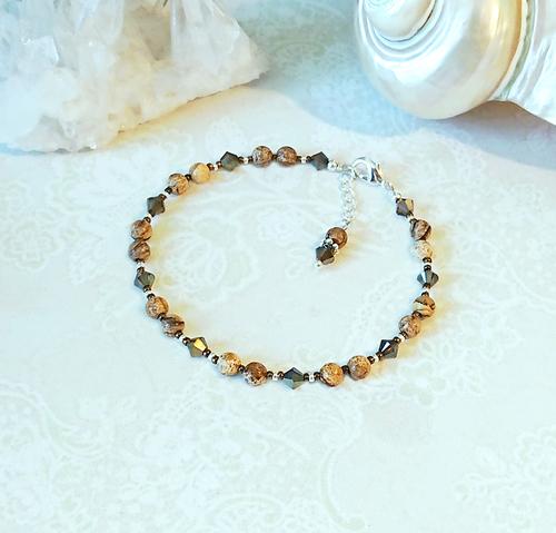 Bracelet beige pierre de jaspe paysage et cristal de Swarovski vert 4mm / plaqué argent