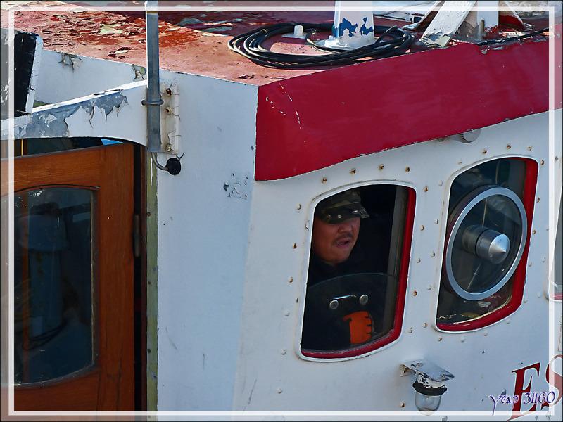 L'Austral à peine ancré, un bateau de pêche vient récupérer des passagers pour la balade au débouché de l'Isfjord - Ilulissat - Groenland
