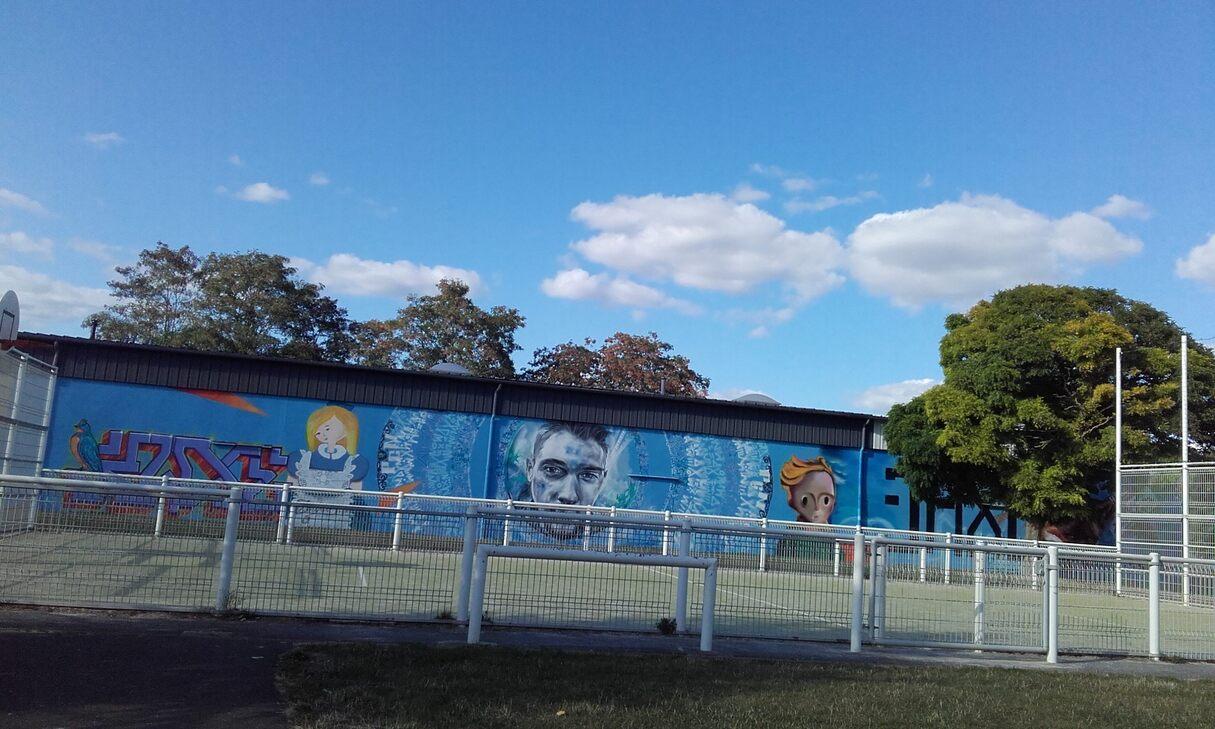 """Longue fresque en hommage à """"3 Axe"""" décédé le 2 mai 2018, exécutée par 3 de ses amis sur un mur à Alençon Orne"""