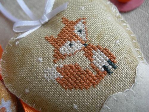 Un petit renard dans un coeur de neige