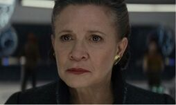 http://www.premiere.fr/sites/default/files/styles/premiere_article/public/thumbnails/image/le_chien_de_carrie_fisher_devant_le_trailer.jpg