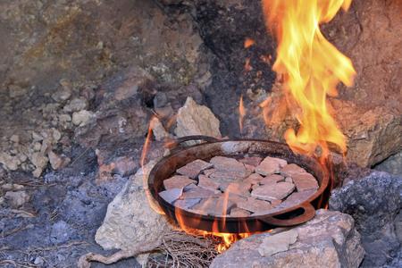 préchauffage des cailloux plats posés dans la poële