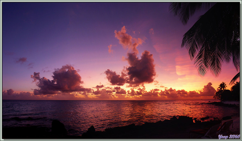 Coucher de soleil sur le lagon, plage du Raira Lagon : à 18 h 20 mn - Rangiroa - Tuamotu - Polynésie française