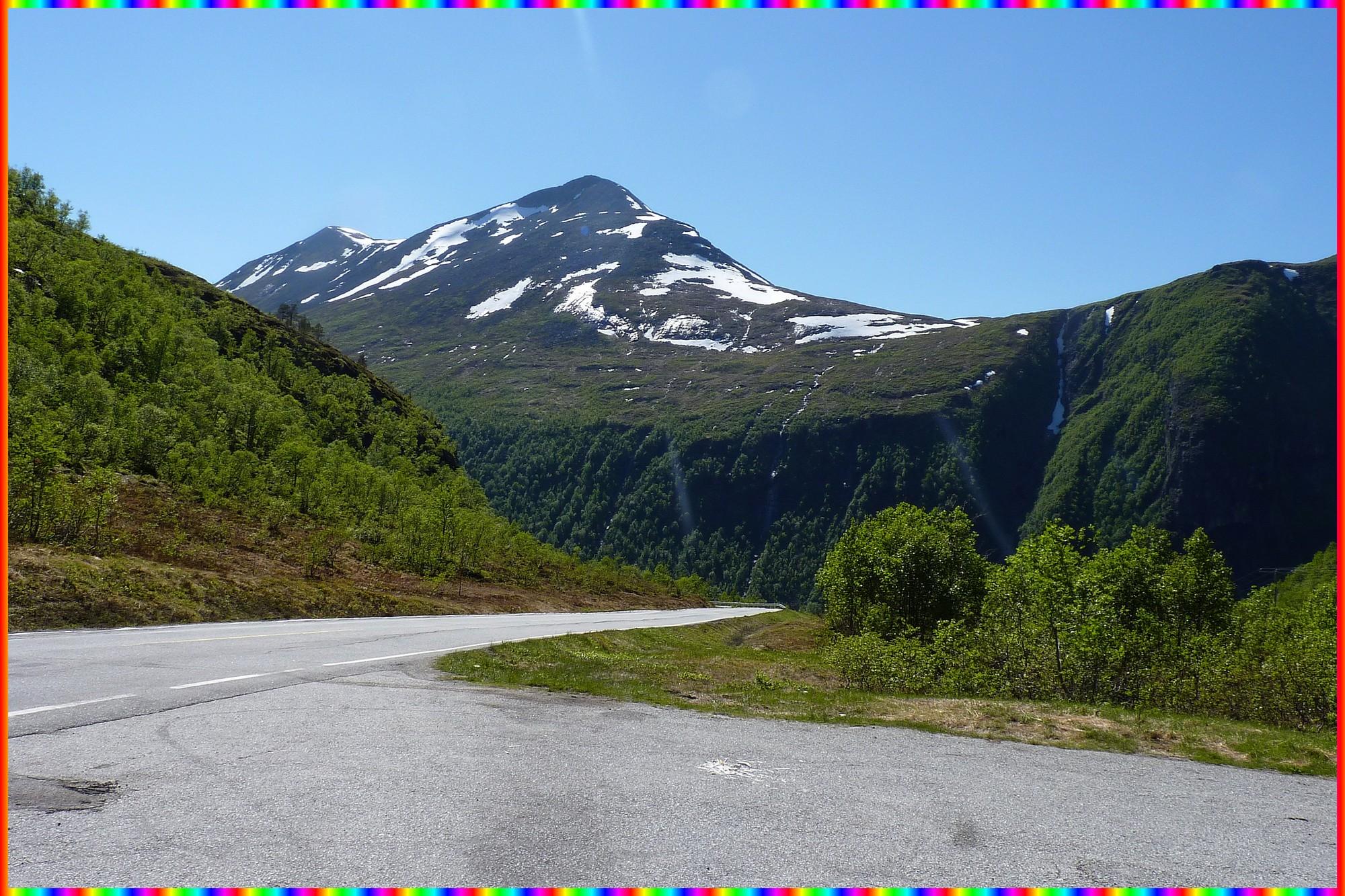 La route du Vistalen entre l'Eresfjorden et le Langfjorden