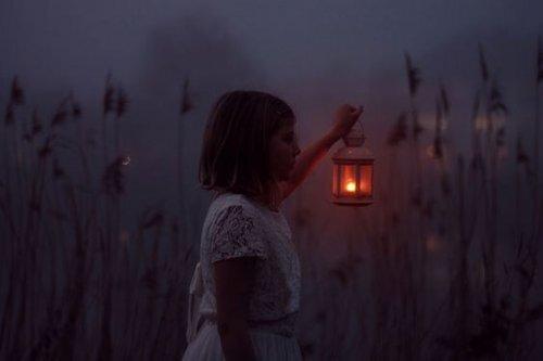 fille-et-lanterne-500x333