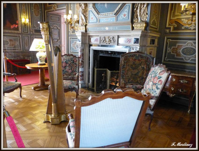 Le grand salon, avec une harpe fin 18ième siècle de la maison Erard, en parfait état de marche