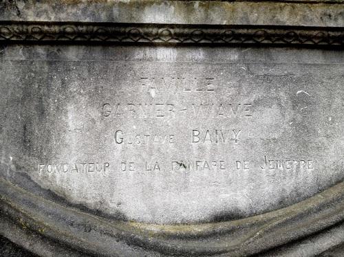 Gustave Baivy, buste devant les écoles