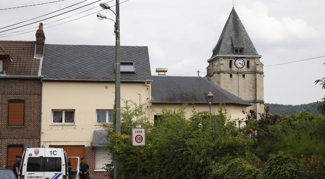 DIRECT - Attentat : Un prêtre égorgé dans l'église de Saint-Étienne-du-Rouvray, le domicile d'un des terroristes en perquisition