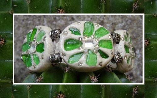Bracelet tendance été réalisé avec des morceaux de verres polis, miroirs et perles.