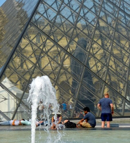 Loris Gréaud statue Louvre pyramide