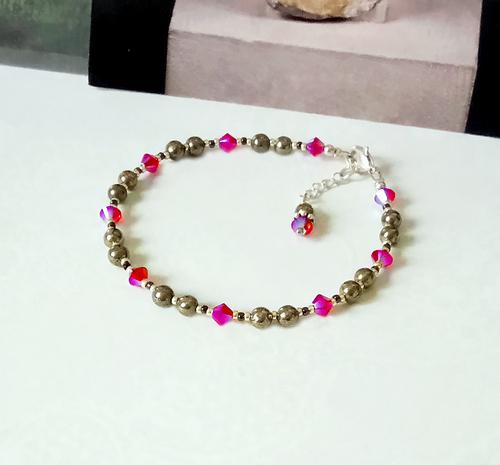 Bracelet pierrede pyrite 4mm et cristal de Swarovski fuchsia / Plaqué argent