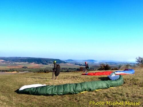 Parapentes au mont Lassois, en mars 2013