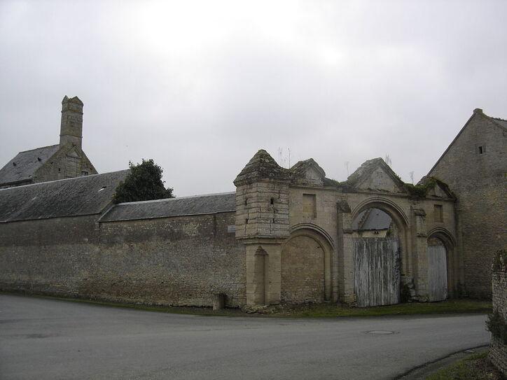 Ryes, triple portail du Manoir du Pavillon.JPG