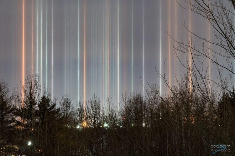 D'impressionnantes colonnes lumineuses dans le ciel de Moncton