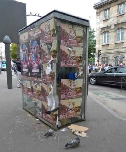 cabine téléphonique vandalisme affiches sauvages