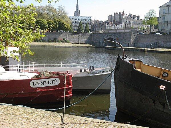 bateaux anciens au bord de l'Erdre à Nantes