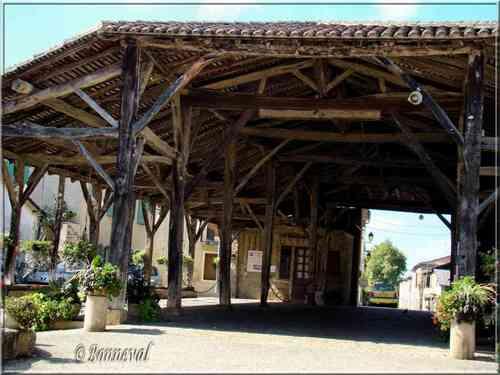 Bassoues Gers bastide Midi-Pyrénées la halle du 16ème siècle