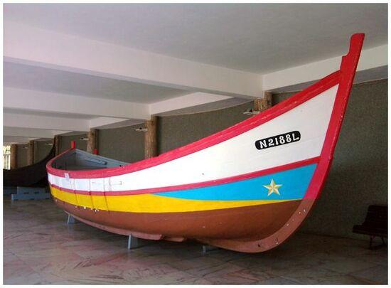 Bateaux exposés à l'extérieur du Musée de la Marine