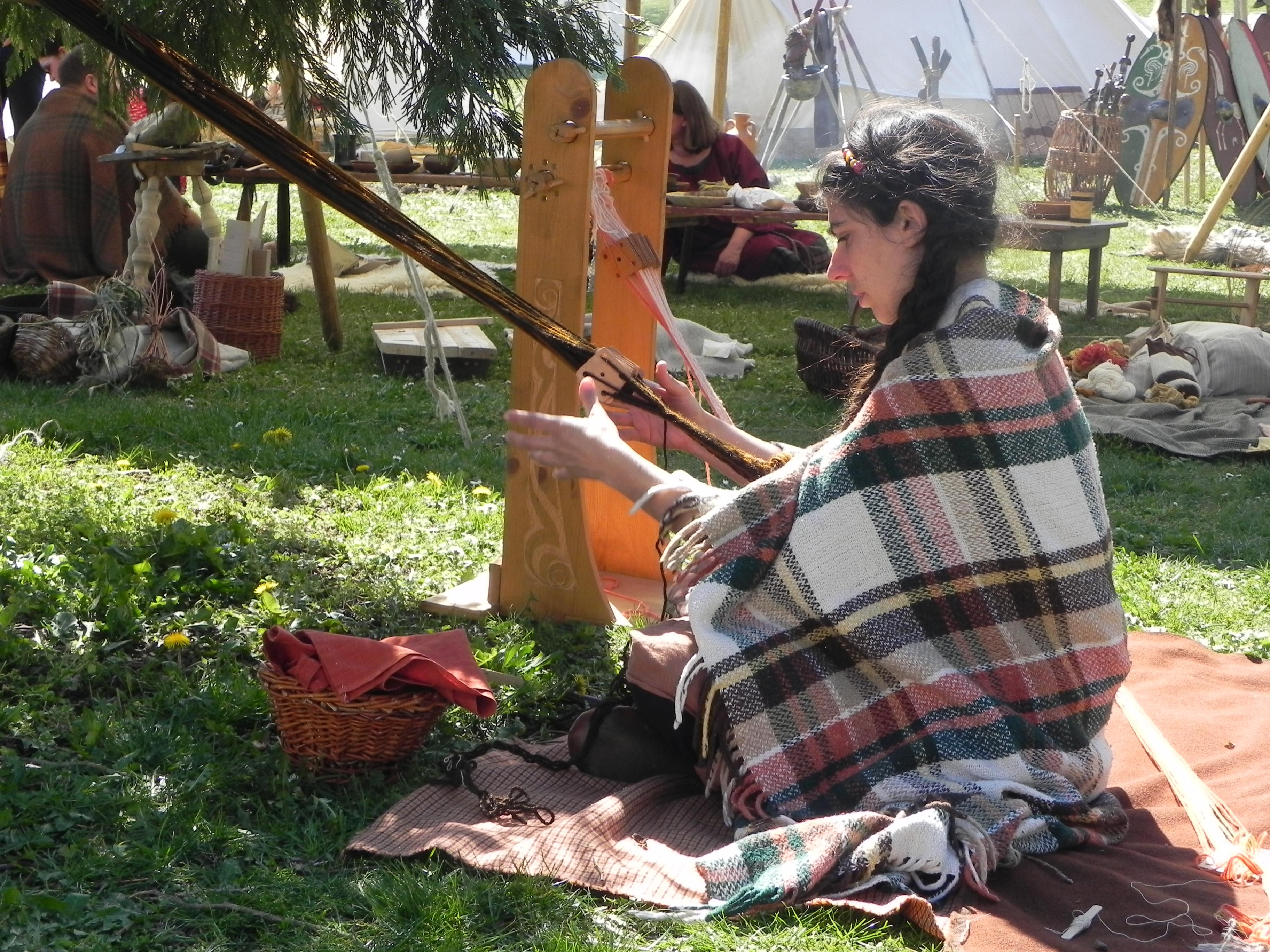 Lucogena tisse des galons avec un petit métier
