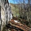 Descente en longeant une falaise vers la Fontaine de Sansané