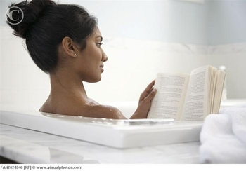 woman_reading_in_bathtub_fan2024940