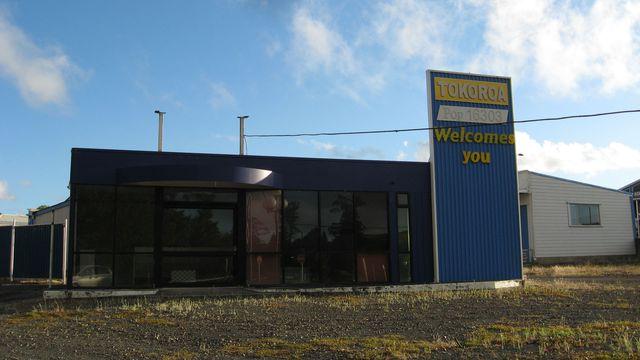 Une station service à l'entrée de Tokoroa, en Nouvelle-Zélande. Dans cette petite ville rurale, le médecin généraliste Alan Kenny peine à trouver un collaborateur malgré une offre d'emploi alléchante.