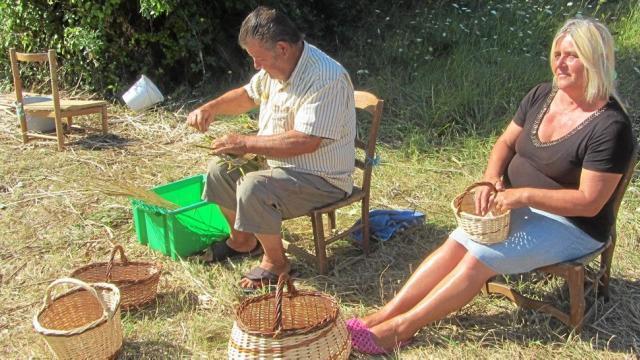 Géraldine Duville et son beau-frère, Michel Reinard, tressent des paniers.