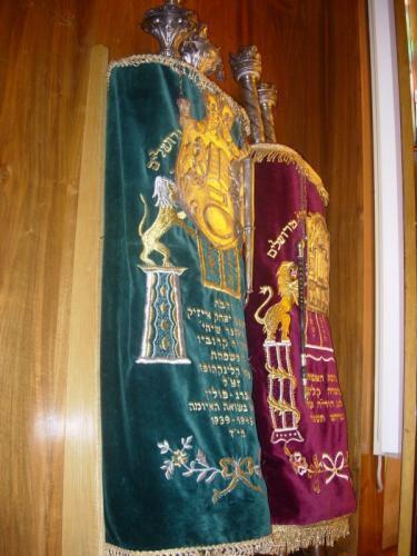 Sifrei Torah dans leur me'il (Dortmund)