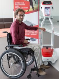 Auchan Englos teste le robot wiiGO : un charriot qui suit l'utilisateur et porte les courses
