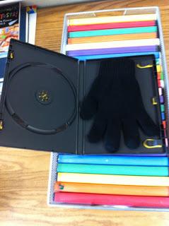 Des boites de DVD, un gant...