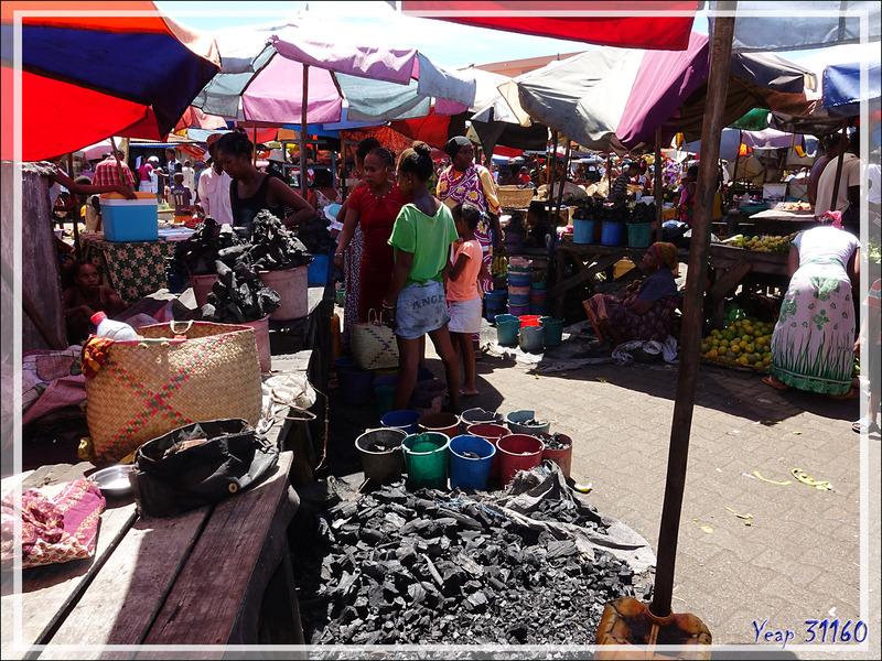 Dans les rues de Hellville : le coin des charbonniers (charbon de bois) - Nosy Be - Madagascar