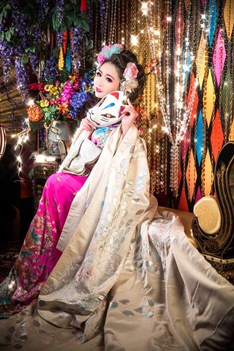 Models in Traditionnal Clothes : Hanon Hinana ( N°1 )