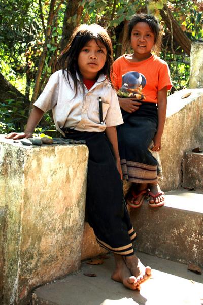 Blog de images-du-pays-des-ours :Images du Pays des Ours (et d'ailleurs ...), Petites vendeuses de cailloux (???) aux grottes de Pak Ou - Laos