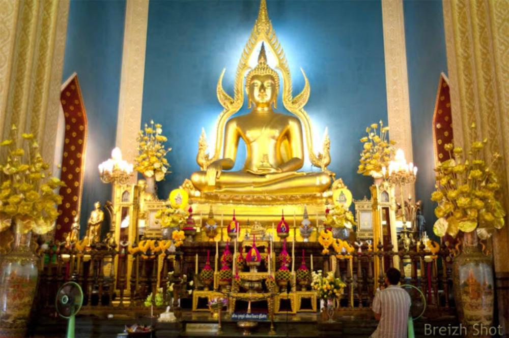 Bangkok : Le marbre de temple abrite une réplique du  Bouddha de Chinarat du wat Phra Sri Rattana  Mahathat dans la province de Phitsanulok