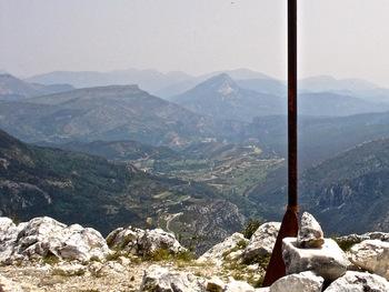 Vers l'Est la vallée de La Palud. Au fond, la pyramide du Robion