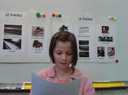 Pauline présente son exposé sur le piano !