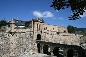 Mont-Louis La ville fortifiée de Mont-Louis a pour origine le traité des  Pyrénées, signé en 1659, qui crée une nouvelle frontière entre les royaumes  de France et d'Espagne. - Communauté de communes