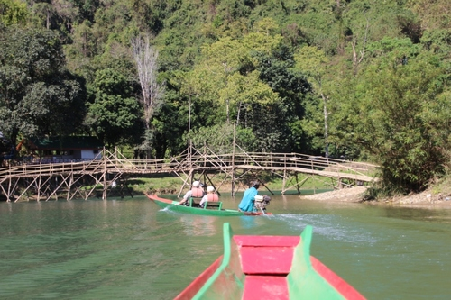Van Vieng, balade en pirogue (Laos)