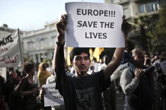 «Europe, sauve les vies», est-il inscrit sur cette feuille brandie lors d'une manifestation contre la politique migratoire de l'Europe à Athènes le 22 avril.