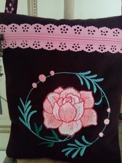 pochette de voyage: motif brodé: une rose
