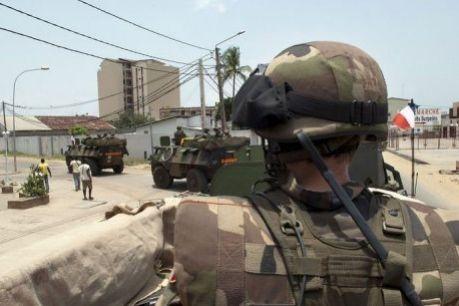 Photo prise le 2 avril 2011 montrant les troupes françaises patrouillant à Abidjan.